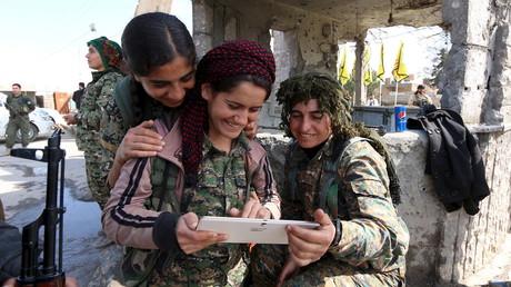 Kämpferinnen der Democratic Forces of Syria, einem Bündnis aus kurdischen und arabischen Kräften gegen Daesh (IS), lesen Nachrichten auf eine Tablet, Syrien, Provinz Hasaka, 26. Februar 2016.