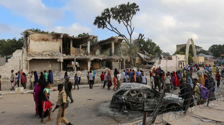 Archivbild: Anwohner begutachten den Schaden nach einem vorherigen Bombenanschlag durch Terroristen von Al Shabaab in der Nähe des Somali Youth League Hotel in Mogadischu am 27. Februar 2016.