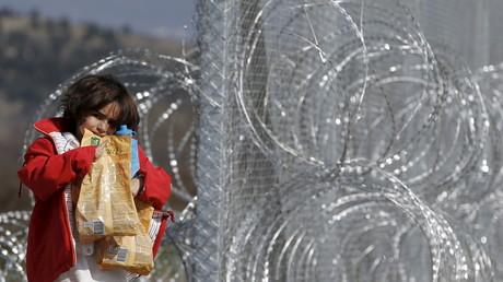 Afghanisches Mädchen an der Grenze zwischen Mazedonien und Griechenland in Gevgelija, Mazedonien, 23. Februar 2016.