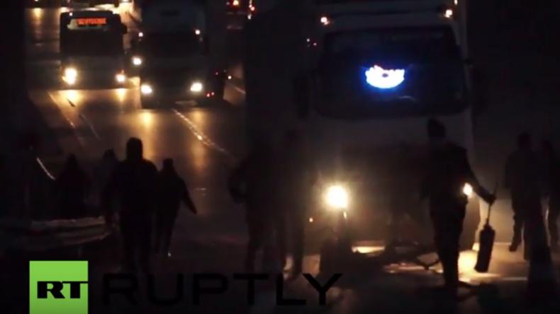 Calais: Polizei feuert etliche Tränengasgeschosse auf Flüchtlinge, die LKW blockieren und entern