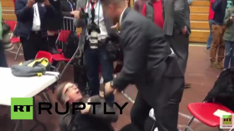 Trump-Kundgebung: Geheimdienstler wirft Fotografen brutal zu Boden, weil er Protest aufnimmt