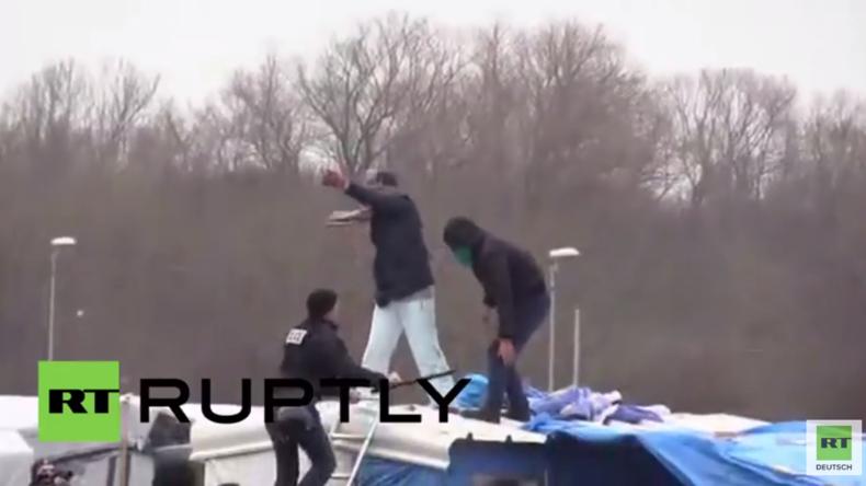 Flüchtlingsfrau schlitzt sich die Handgelenke auf, um Abriss von Camp in Calais zu verhindern