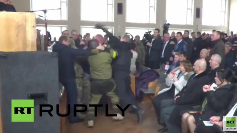 Ukraine: Schlägerei bei Ratssitzung – Mob des Rechten Sektors versucht Bürgermeister zu stürzen