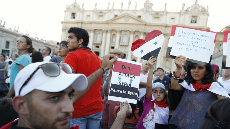 Christliche Syrer halten auf dem Petersplatz vor dem Vatikan Plakate gegen eine westliche Intervention in Syrien hoch. Zuvor hatte Papst Franziskus zum einem Friedensgebiet für Syrien aufgerufen, 7. September 2013.