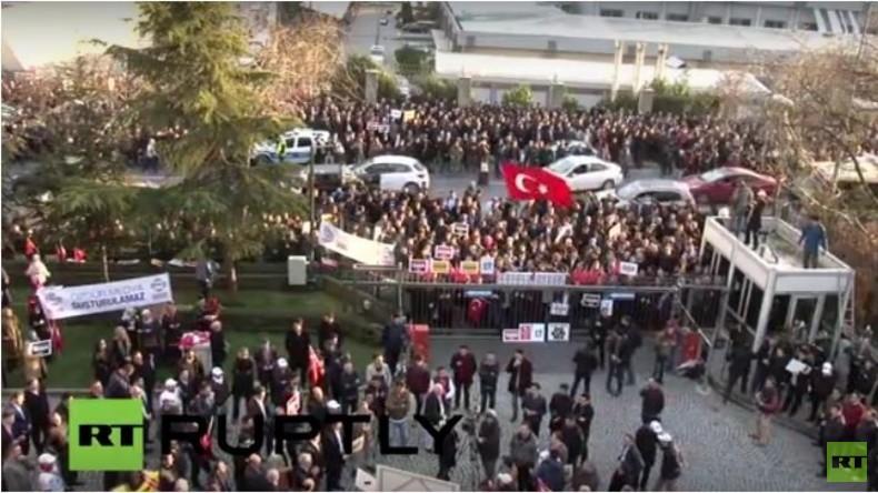 Live: Proteste vor ZAMAN-Medien in Istanbul gegen Verlust der Pressefreiheit