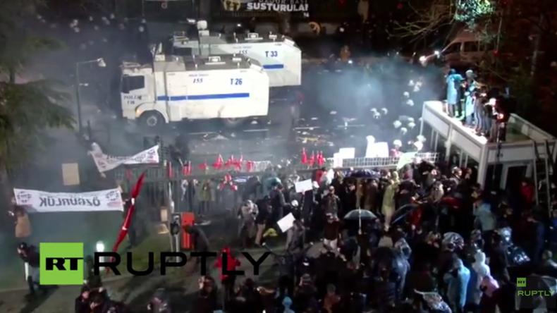 Live: Polizei geht gegen Zaman-Protestler mit Tränengas und Wasserwerfern in Istanbul vor