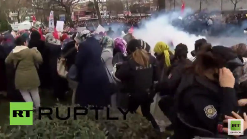 Türkei: Polizei feuert Tränengas auf friedliche Demonstranten nahe des Zaman-Hauptsitzes