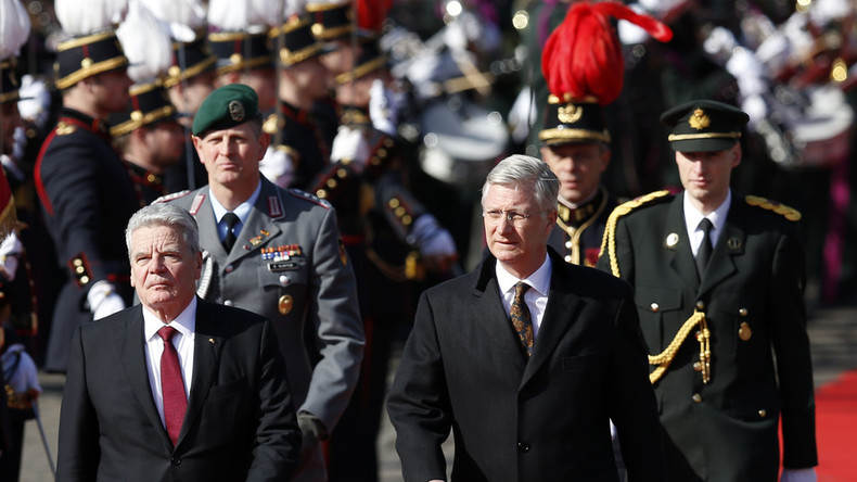 Joachim Gauck und Belgiens König Philippe (rechts) mit Ehrengarde vor dem Brüsseler Königspalast, 8. März 2016.