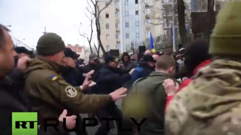 Ukraine: Rechte Protestler attackieren russisches Konsulat in Odessa und verbrennen Putin-Puppe
