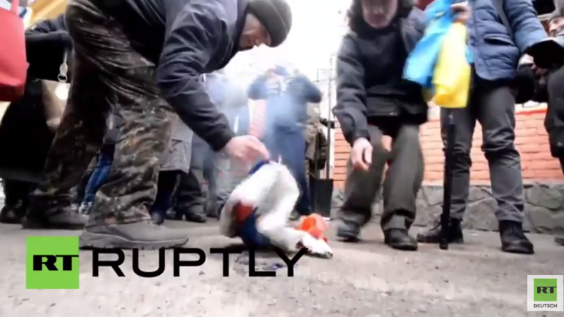 Ukraine: Parlamentarier klaut Fahne des russischen Konsulats - Protstler verbrennen sie unter Jubel