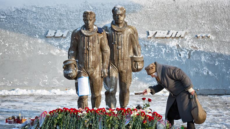 Blumen am Monument zu Ehren des Piloten Oleg Peschkow im Zentrum von Lipetsk, der Heimatbasis des von der Türkei abgeschossen SU-24 Piloten.