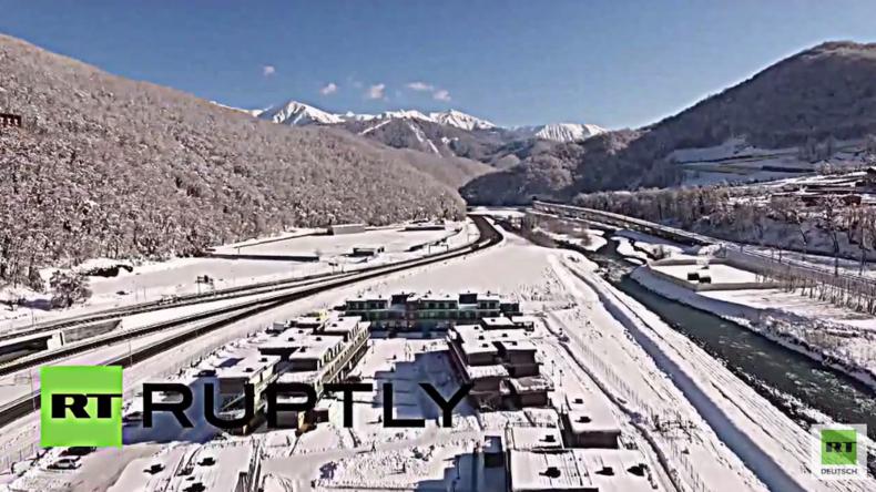 Winterwunderland – Drohne zeigt in weiß gehülltes Sotschi und Austragungsort der Fußball-WM 2018