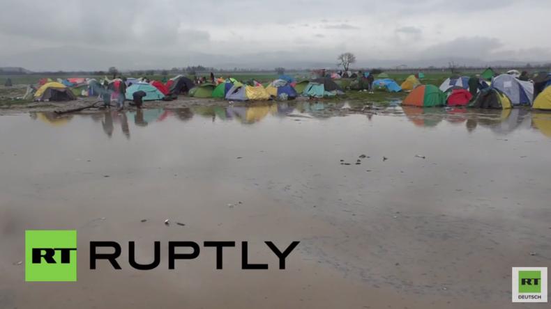 """Idomeni: """"Nass bis auf die Knochen"""" - Flüchtende protestieren völlig durchnässt für Grenzöffnung"""