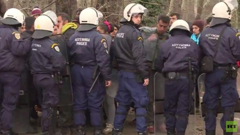 LIVE: Hunderte Flüchtende versuchen in Chamilo den Grenzfluss nach Mazedonien zu überqueren