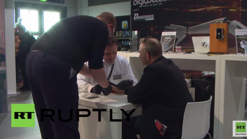 Cebit-Messe in Hannover - Auf dem Weg zum gläsernden Bürger? Mann lässt sich RFID-Chip einsetzen