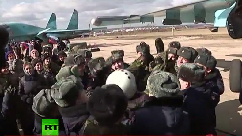 Woronesch: Russische Piloten werden als Helden nach ihrer Rückkehr aus Syrien gefeiert