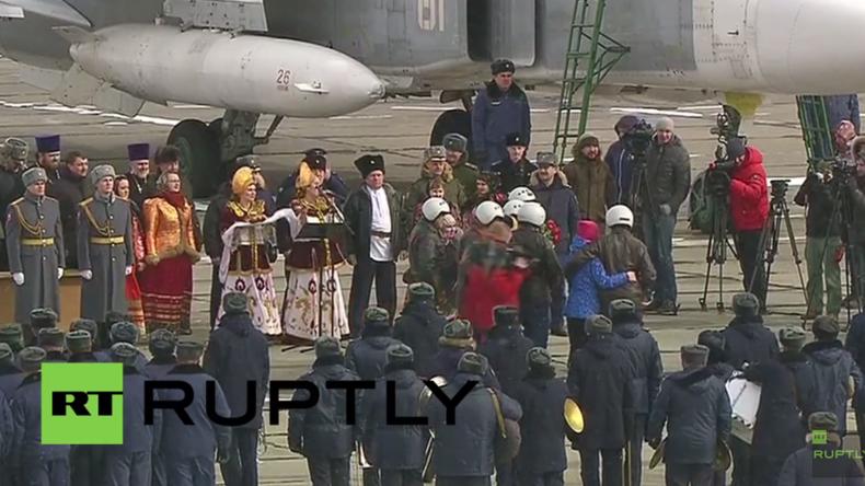 Truppenabzug aus Syrien: Russische Kampfjets kehren heim – Piloten werden gefeiert