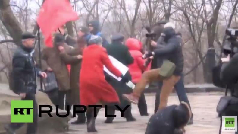 Ukraine: Maskierte Männer greifen linke Kundgebung in Kiew an