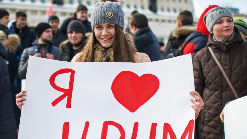 Eine Aktivistin drückt zum zweiten Jahres Tages des Wiederanschlusses der Krim an Russland ihre Liebe zu der Halbinsel aus