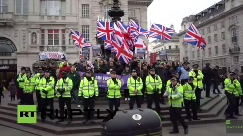 """Live: Riesige Anti-Rassismus-Demo trifft auf rechtsradikale Demo von """"Britain-First"""""""