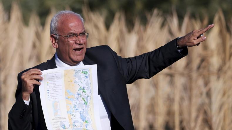 Der Palästinensische Chefunterhändler, Saeb Erekat, mit einer Karte der geplanten Siedlungen im Jordan-Tal bei Jericho.