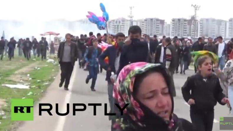 Türkei: Zusammenstöße bei kurdischem Newroz-Fest in Diyarbakir – Polizei setzt Tränengas ein