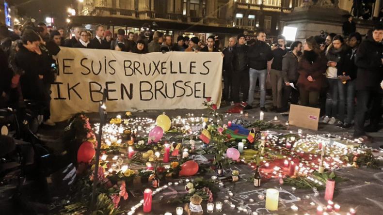 Live: Brüssel unter Schock - Menschen versammeln sich, um Opfer der heutigen Anschläge zu gedenken