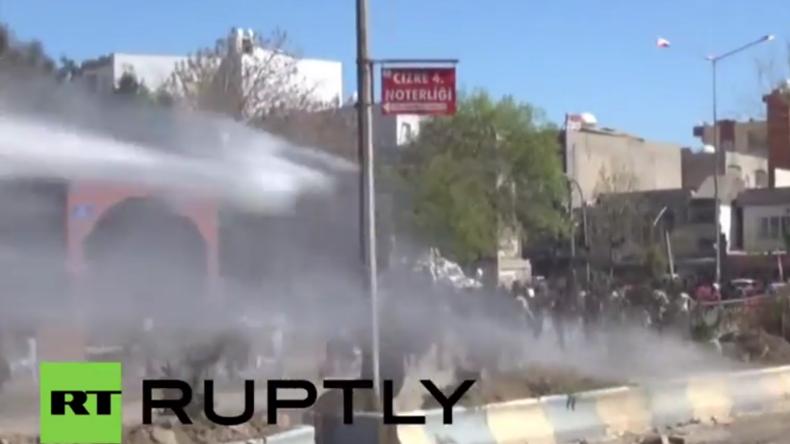 Türkei: Polizei setzt Wasserwerfer und Tränengas gegen Newroz-Feiernde in Cizre ein