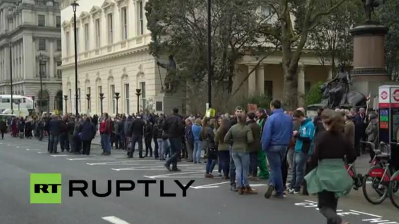 "Live: Proteste in London – Taxi-Fahrer protestieren gegen ""Uber"" - Landwirte gegen die Agrarpolitik"