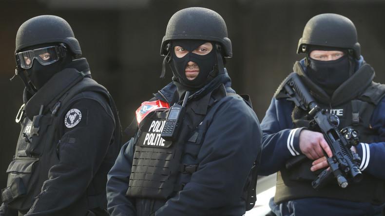 Belgische Polizisten sichern nach den gestrigen Anschlägen den Bahnhof der Stadt