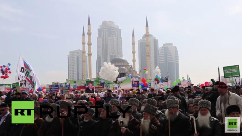 Grosny: Hunderttausende zelebrieren die Einheit mit Russland und den Frieden