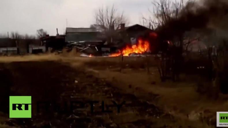 Russland: Su-25 Jet stürzt ab – Anwohner und Pilot entkommen nur knapp einer Katastrophe