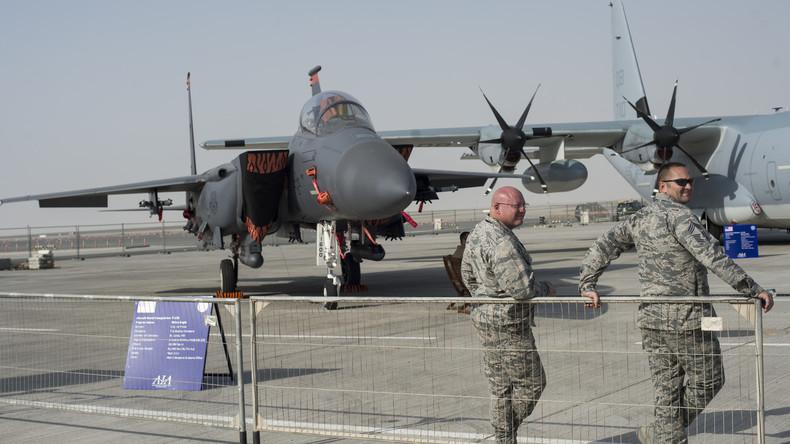 Amerikanisches Flugmaterial von der Firma Boing auf einer Waffenmesse in Dubai, August 2015.