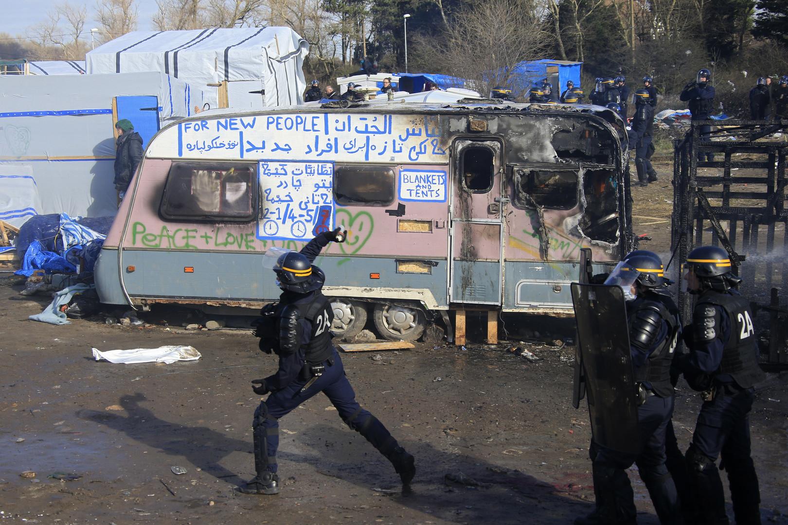 Polizist wirft Rauchbombe auf protestierende Migranten
