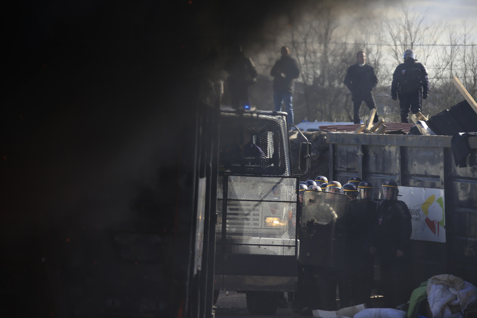 Schwarzer Rauch steigt aus einem Flüchtlingsunterschlupf