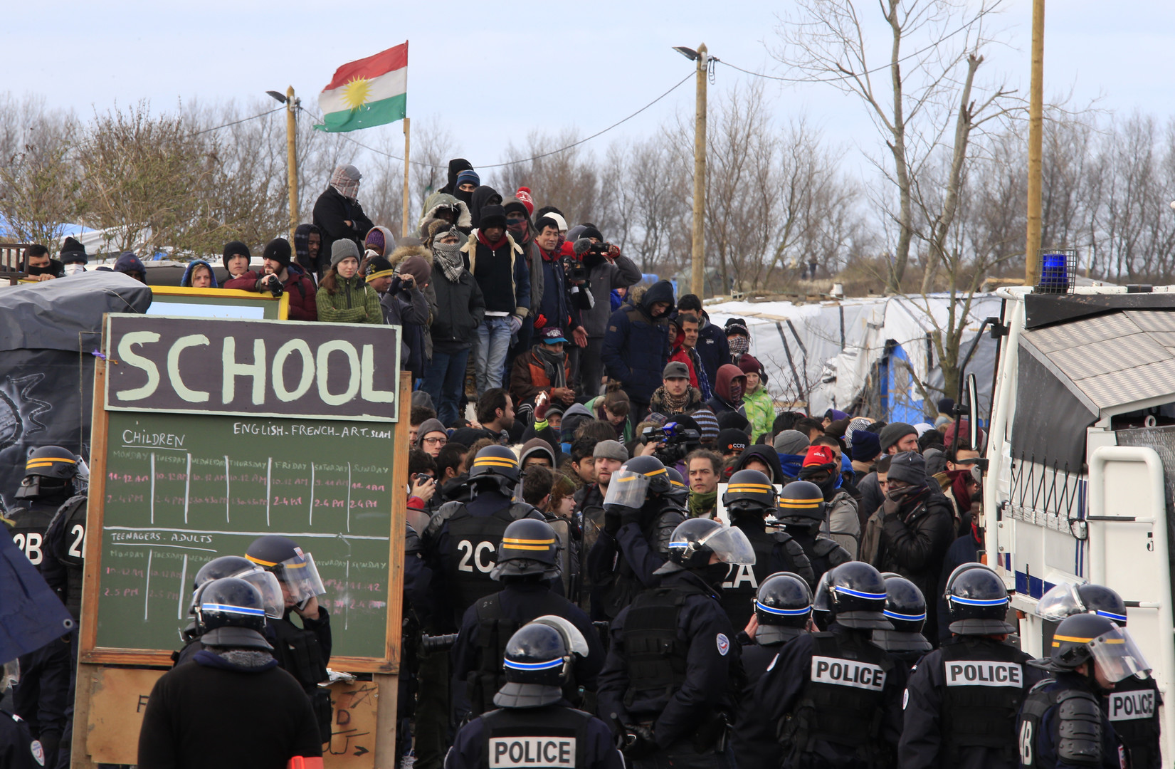 """Die Französische Polizei kämpft innerhalb einer """"Schule"""" gegen Migranten und deren Unterstützern"""