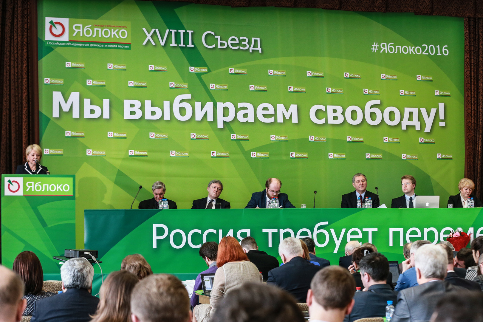 Parteivorsitzende Emilia Slabunova spricht auf dem Parteitag.