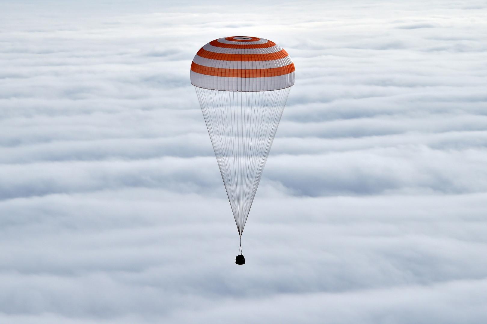 Die russische Sojus TMA - 18 M-Raumsonde mit Insassen über den Wolken.