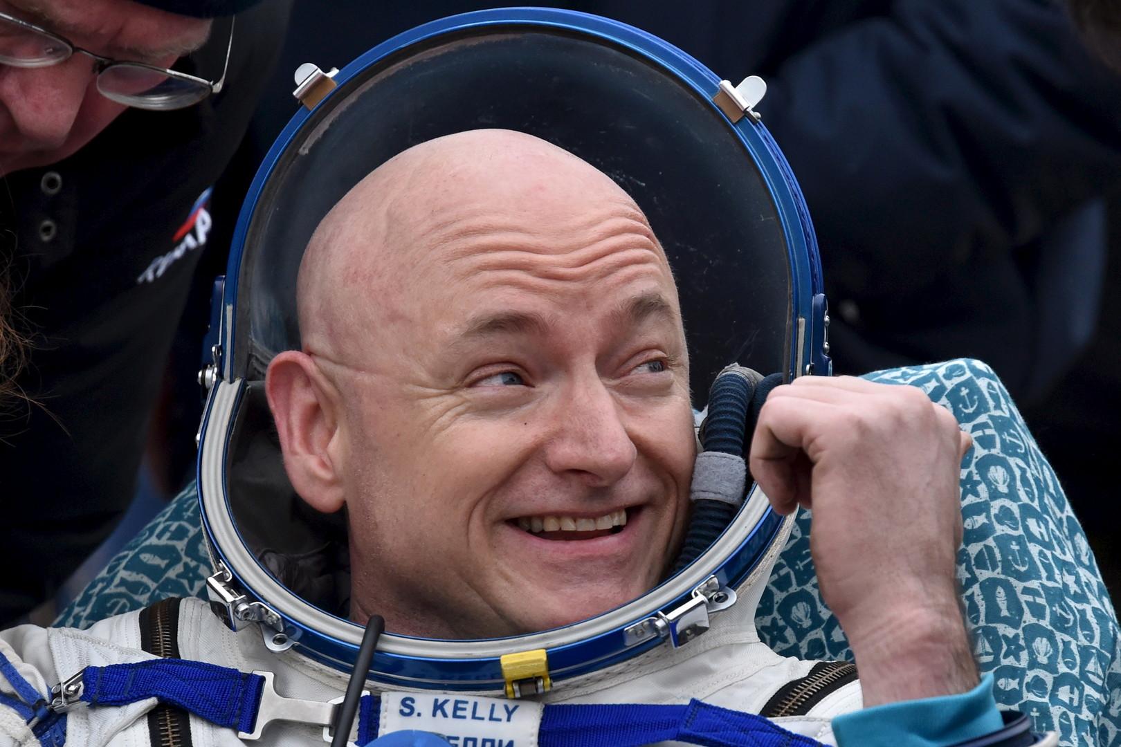 Der amerikanische Astronaut Scott Kelly ist mit der Landung sichtlich zufrieden.