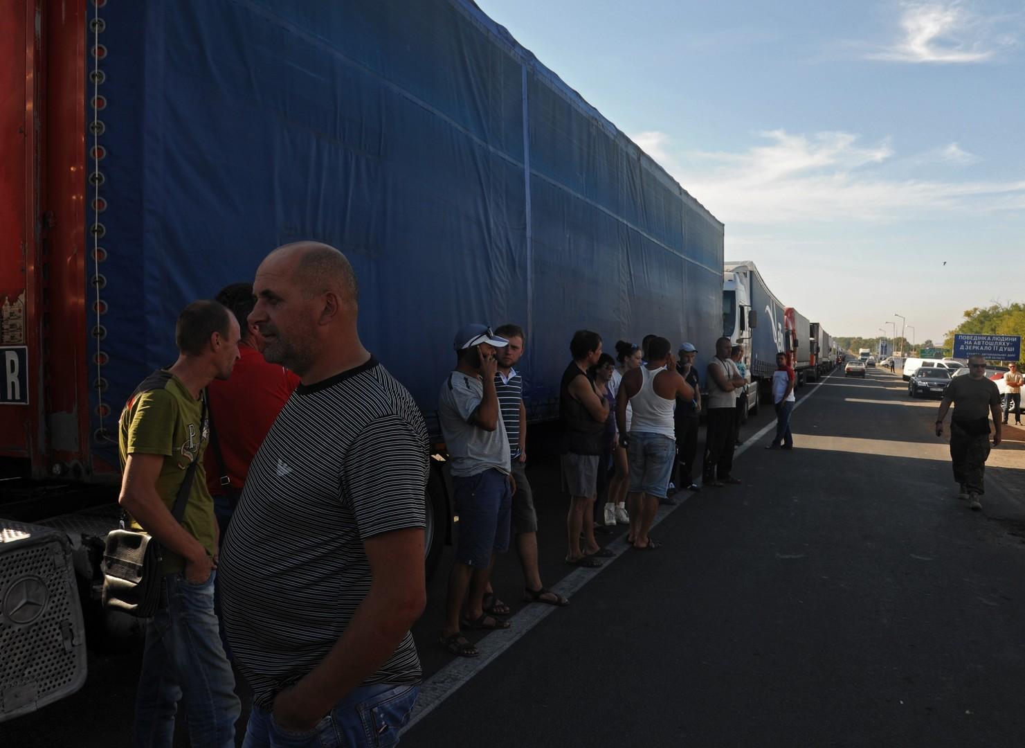 Russische LKW-Fahrer warten an einem Checkpoint in der Westukraine.