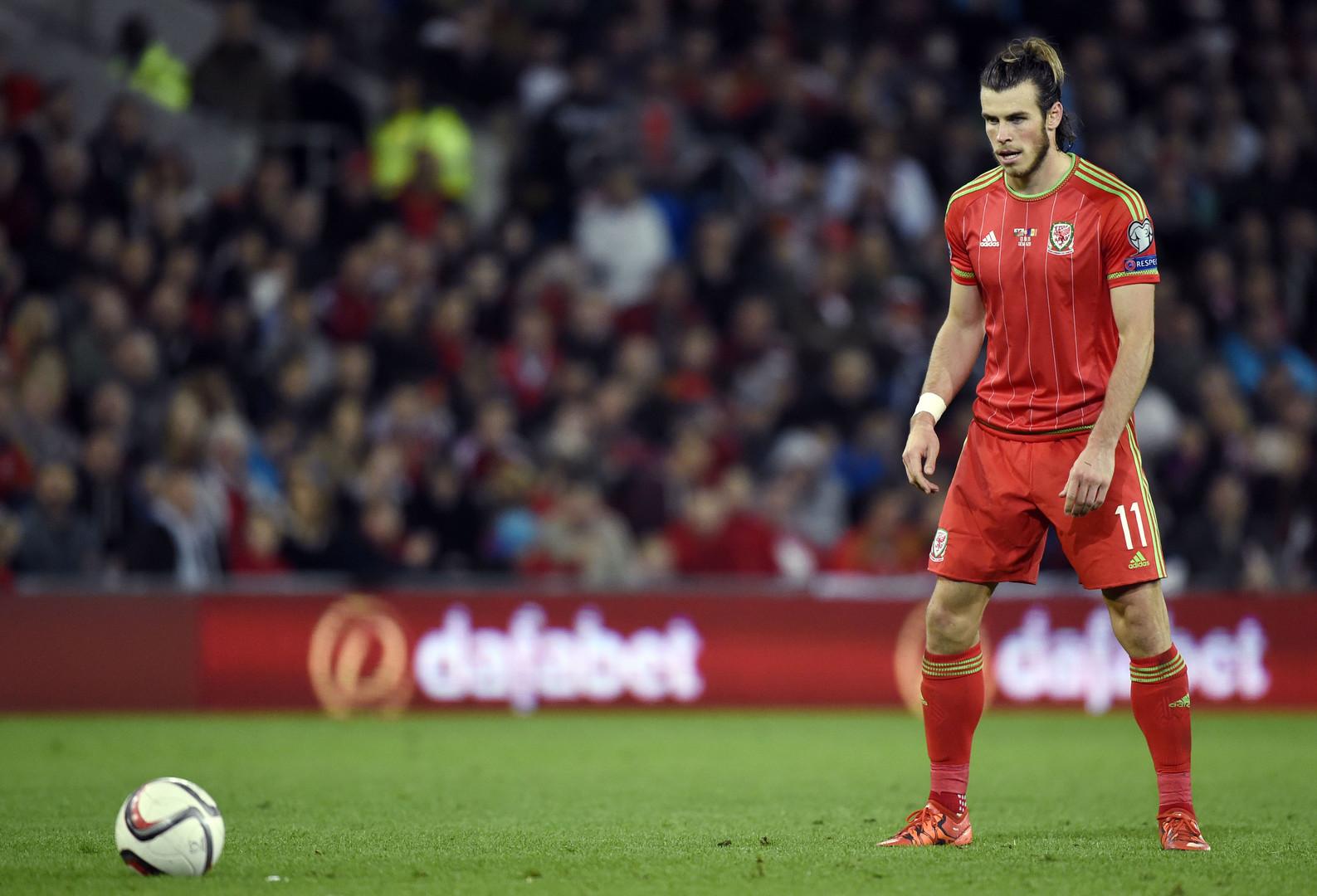 Wales Superstar Gareth Bale tritt einen Freistoß im Spiel gegen Andorra.