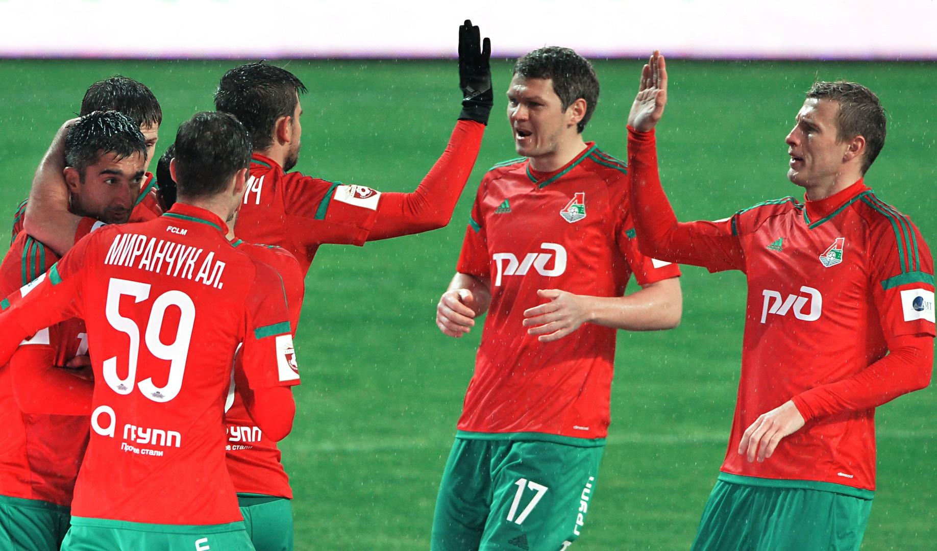 Die Spieler von Lokomotive Moskau bejubeln den zwischenzeitlichen Führungstreffer.