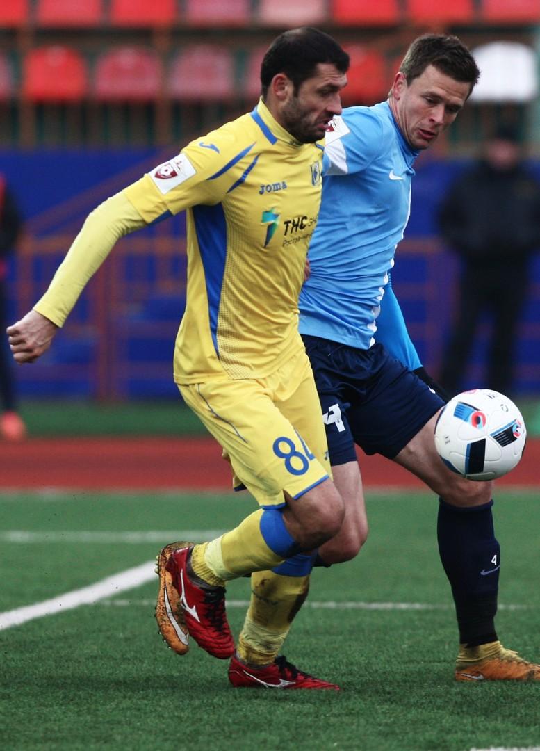 Rostovs Torschütze Alexandru Gaţcan, links, kämpft um den Ball.