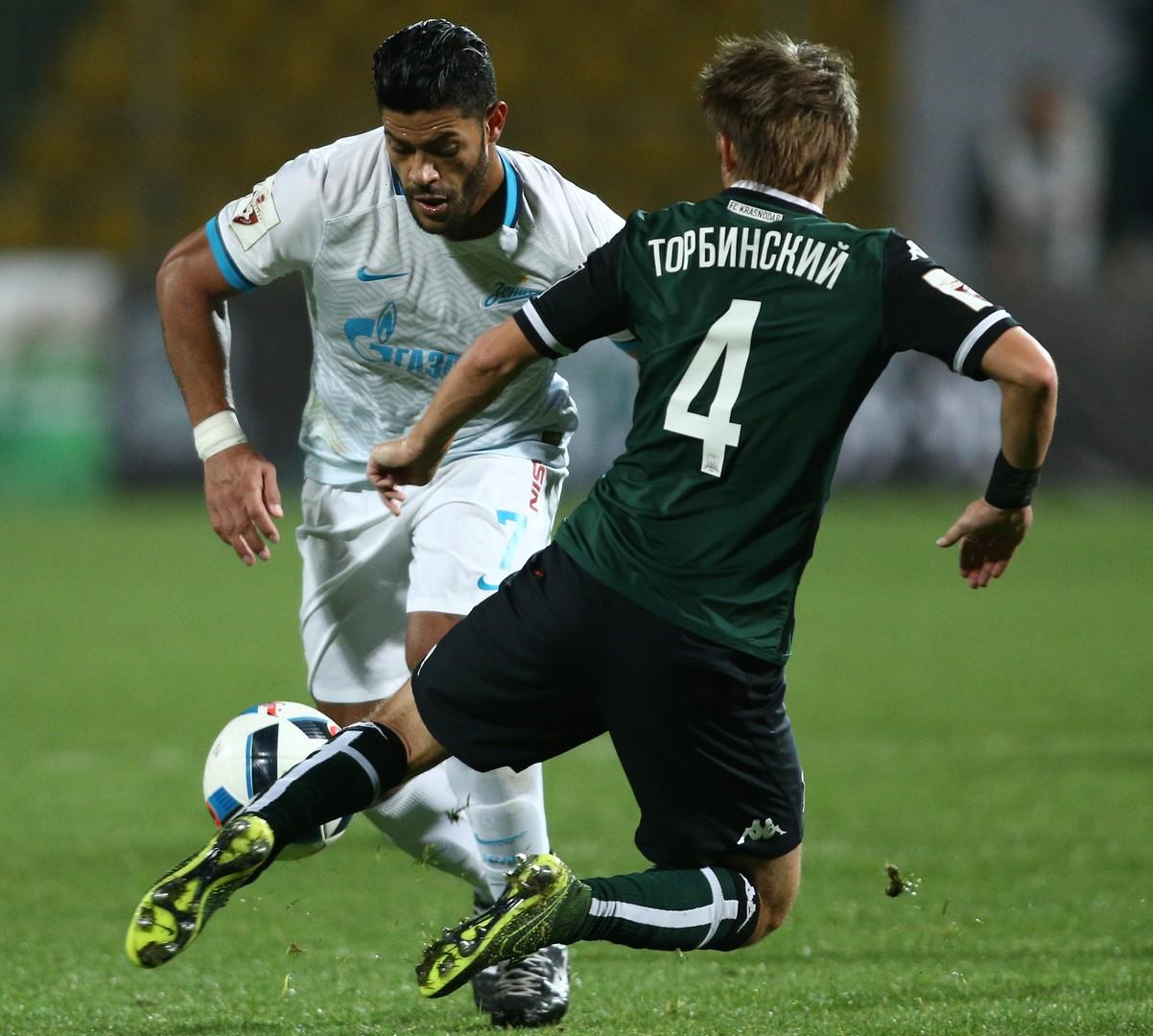 Sankt Petersburgs Star Spieler Hulk, links, versucht an Krasnodars Dmitry Torbinsky vorbeizukommen