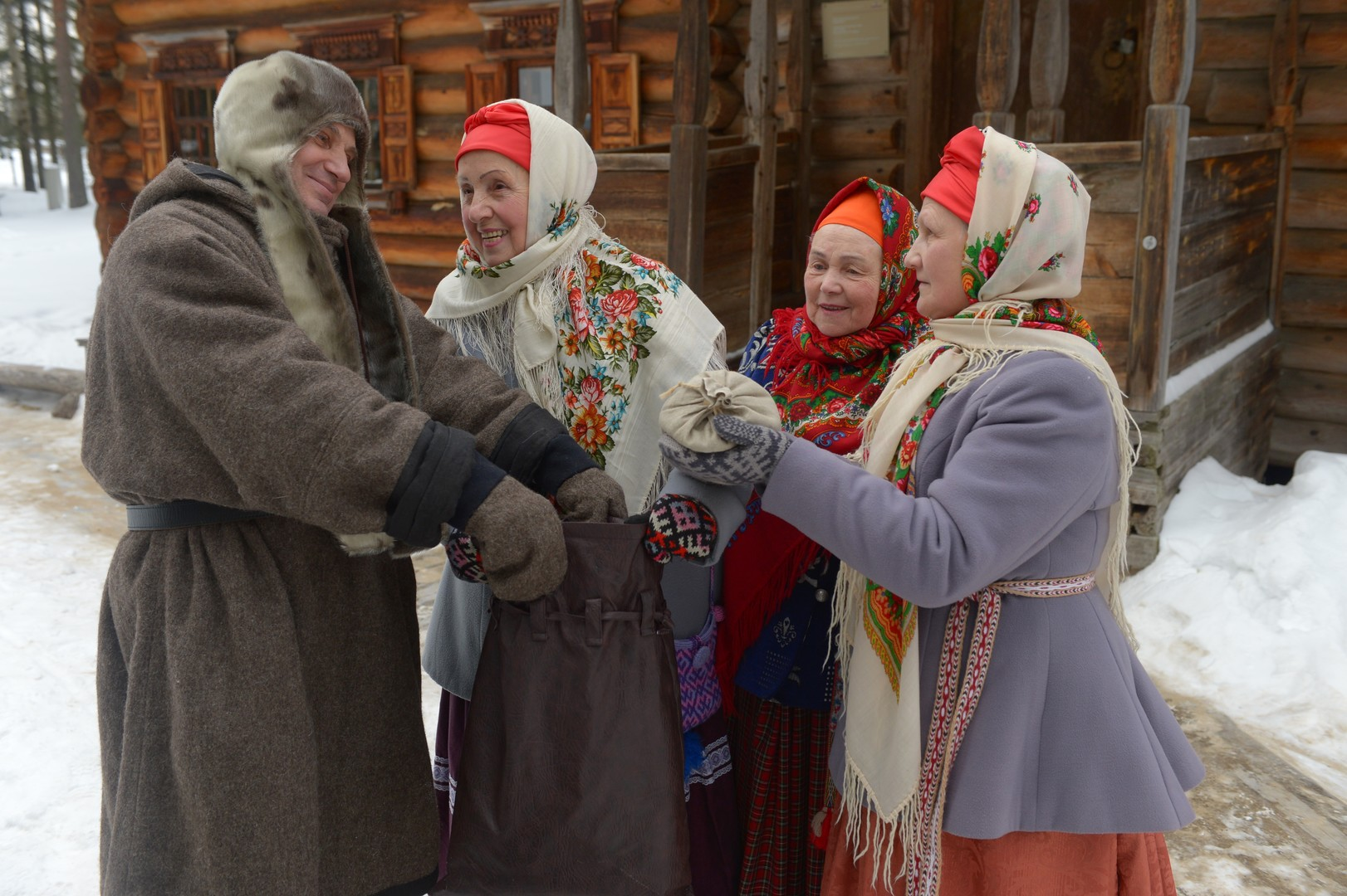 Frauen und Männer in traditionell russicher Kleidung