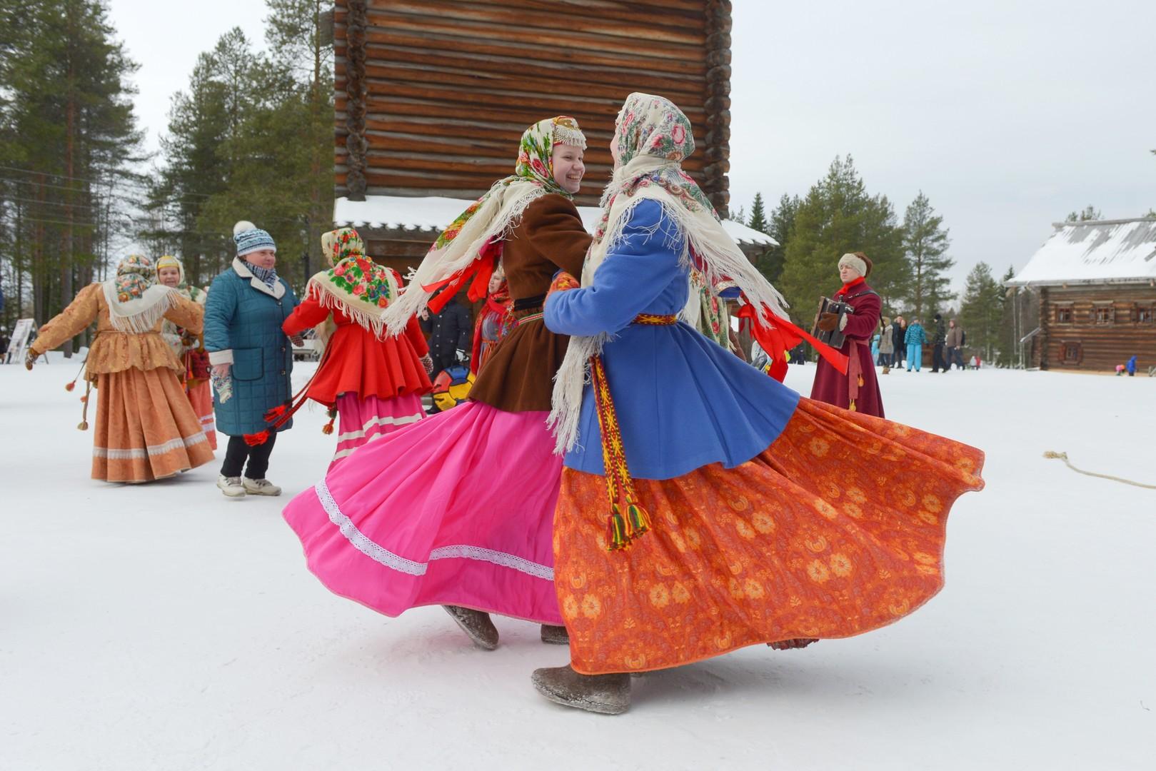 Zwei Frauen tanzen in traditionellen Kleidern.