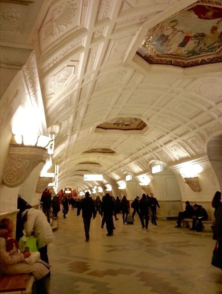 Eine Metrostation in Moskau - Ein krasser Unterschied zu den U-Bahn Stationen die man in Berlin sieht.
