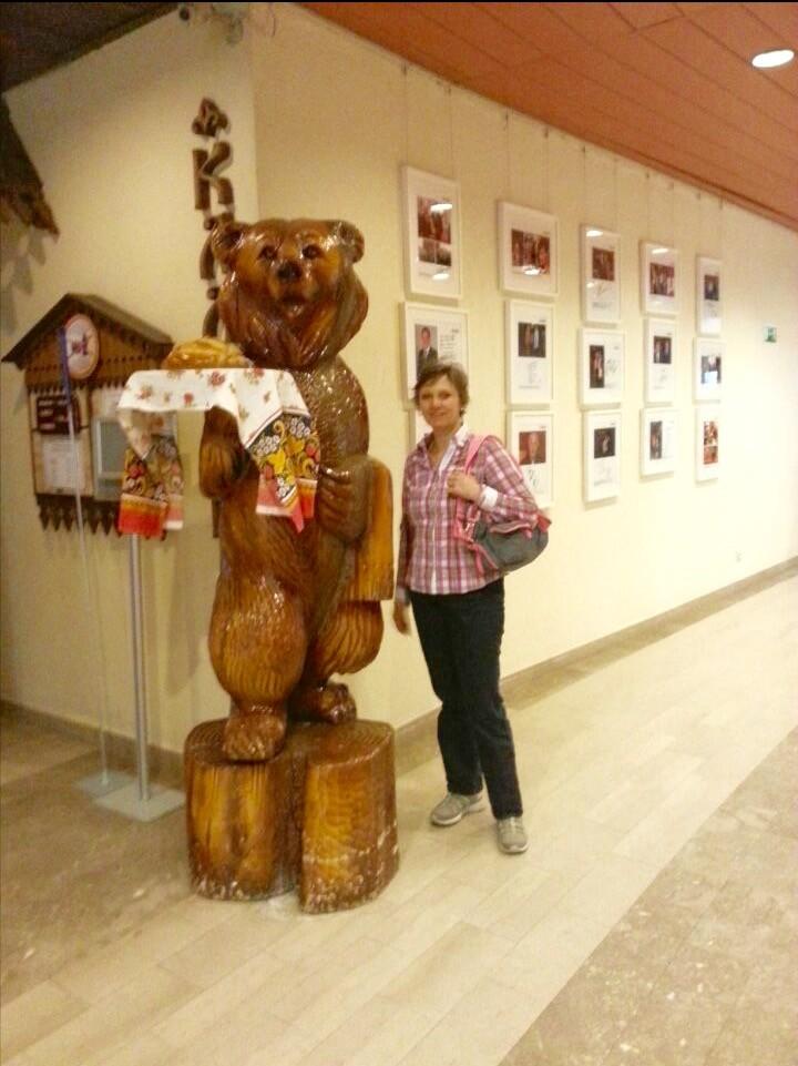 Meine Mutter in der Lobby  unseres Hotels