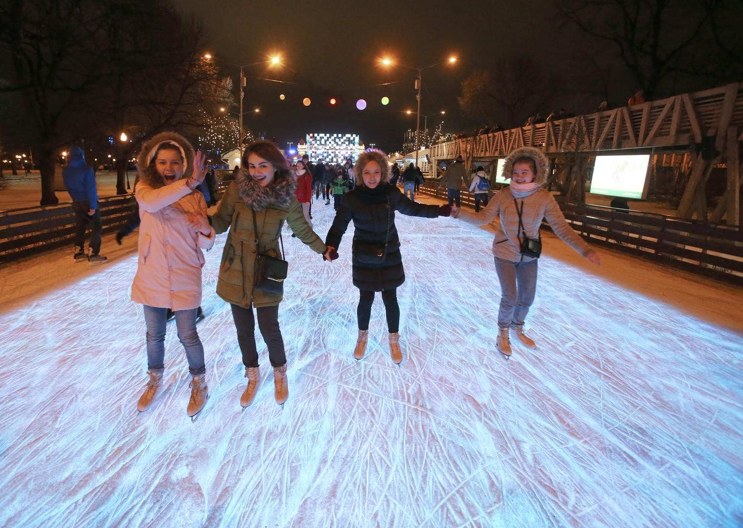 Besucher auf der Eislaufbahn im Gorki-Park, Moskau