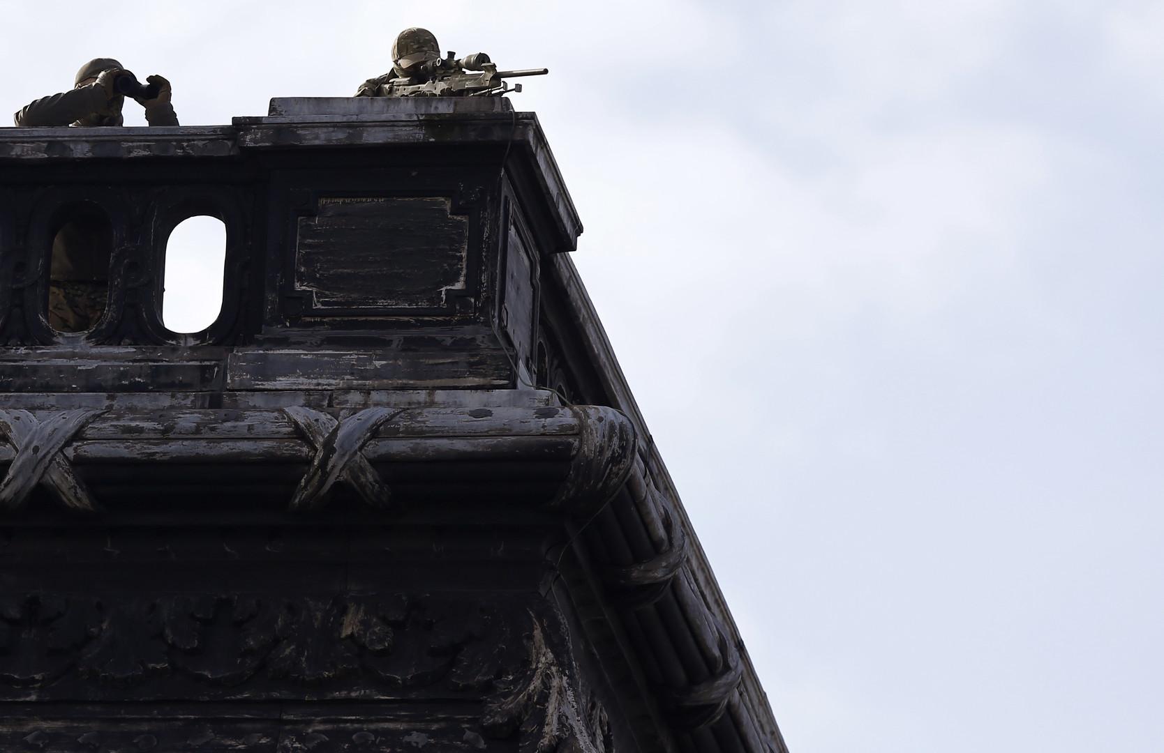 Scharfschützen schützen: In diesem Fall den Mecklenburger Protestanten Joachim Gauck beim Besuch im aktut terrorgefährdeten Nachbarland Belgien.